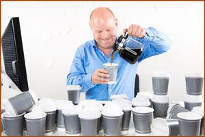 Пьет много кофе