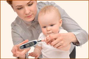Ребенку замеряют сахар в крови